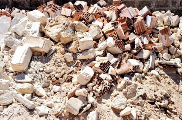 A construção acabou. E agora?-stock-photo-rubble-and-debris-of-brick